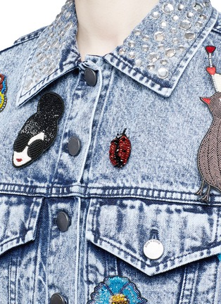 Detail View - Click To Enlarge - alice + olivia - 'Chloe' pin badge cropped denim jacket