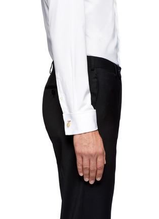 模特儿示范图 - 点击放大 - ALEXANDER MCQUEEN - 链条骷髅头袖扣