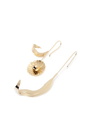 Detail View - Click To Enlarge - JW Anderson - Mismatched daisy leaf drop earrings