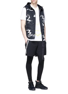 BLACKBARRETT Geometric print V-neck T-shirt