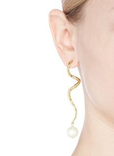 KENNETH JAY LANE 人造珍珠曲线金属耳环