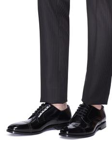 JIMMY CHOO Penn铆钉围边雕花漆皮牛津鞋