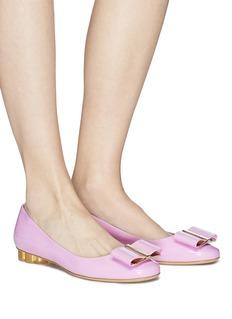 SALVATORE FERRAGAMO Capua花形粗跟蝴蝶结漆皮芭蕾平底鞋