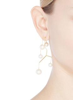Anissa Kermiche Kinetic珍珠吊坠镀金黄铜耳环