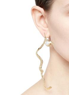 Anissa Kermiche Tête-a-Tête珍珠点缀黄铜耳环
