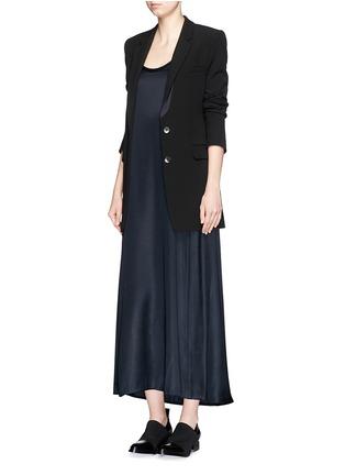 模特儿示范图 - 点击放大 - HELMUT LANG - 缎面背心长裙