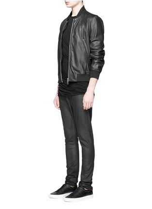 模特儿示范图 - 点击放大 - DRKSHDW BY RICK OWENS - 涂层弹性棉料牛仔裤