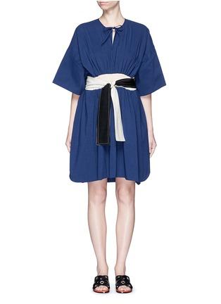Main View - Click To Enlarge - Cédric Charlier - Waist sash kimono sleeve linen-cotton dress