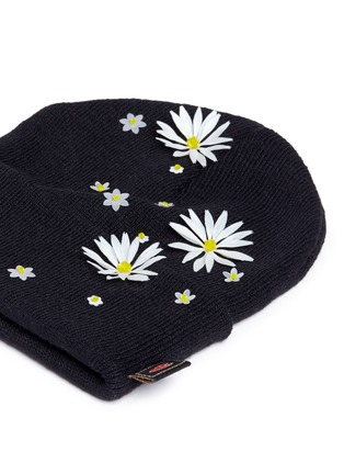 Detail View - Click To Enlarge - Piers Atkinson - Swarovski crystal embellished daisy beanie