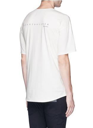 背面 - 点击放大 - DEN IM BY SIKI IM - 英文及人像印花纯棉T恤