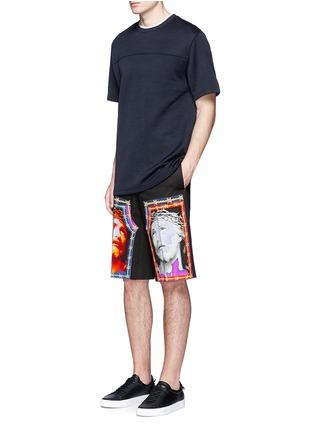 模特儿示范图 - 点击放大 - GIVENCHY - 耶稣主题图案百慕大短裤
