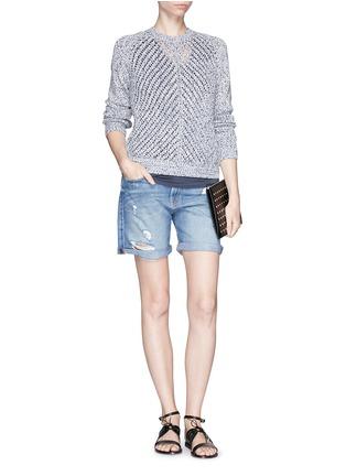 模特儿示范图 - 点击放大 - FRAME DENIM - LE GRAND GARÇON水洗破洞牛仔短裤