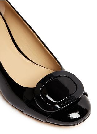 细节 - 点击放大 - MICHAEL KORS - Pauline金属扣装饰漆皮中跟鞋