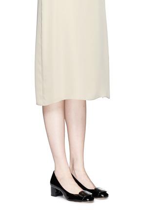 模特儿示范图 - 点击放大 - MICHAEL KORS - Pauline金属扣装饰漆皮中跟鞋