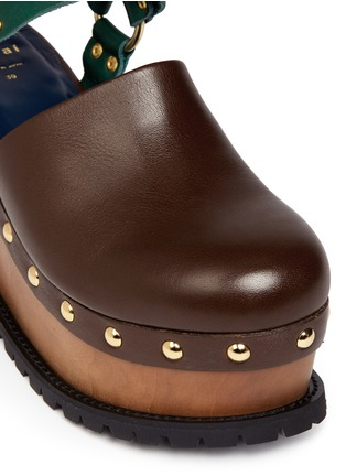 Detail View - Click To Enlarge - Sacai - Wooden wedge stud colourblock leather clogs