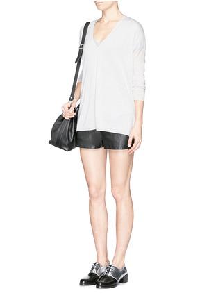 模特儿示范图 - 点击放大 - VINCE - Lightweight Merino wool-blend double V sweater
