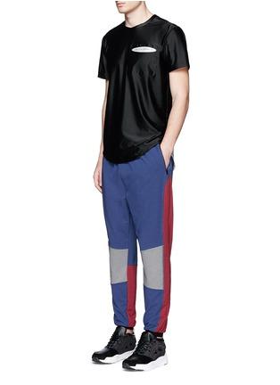 模特儿示范图 - 点击放大 - DYNE - 拼色防水运动裤