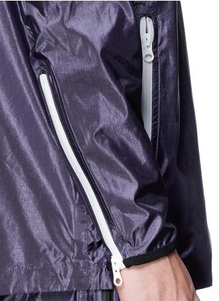 细节 - 点击放大 - DYNE - 拼色抽绳连帽防水夹克