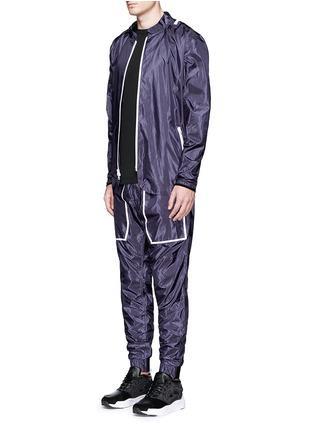 模特儿示范图 - 点击放大 - DYNE - 拼色抽绳连帽防水夹克