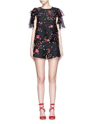 模特示范图 - 点击放大 - GIAMBA - 嘴唇飘虫印花六角形镂空短裤