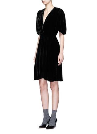 模特儿示范图 - 点击放大 - ISABEL MARANT ÉTOILE - Lynna深V领单色天鹅绒连衣裙