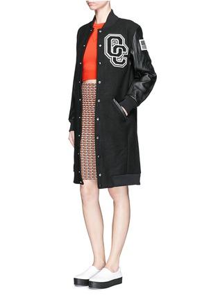 模特示范图 - 点击放大 - OPENING CEREMONY - 真皮拼贴徽章长棒球外套