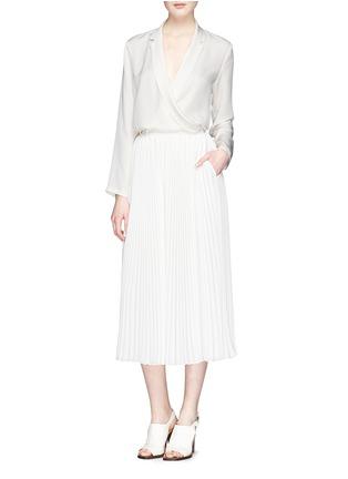 模特儿示范图 - 点击放大 - THEORY - 'Ilori' drape front silk blouse