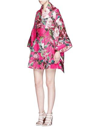 模特儿示范图 - 点击放大 - DOLCE & GABBANA - 玫瑰花锦缎和服式外套