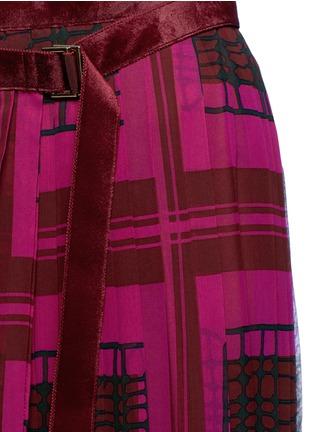 Detail View - Click To Enlarge - Sacai - 'Runway' velvet stud trim geometric print plissé skirt