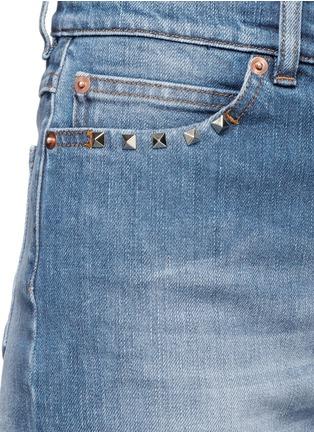 细节 - 点击放大 - VALENTINO - 铆钉装饰boyfriend款水洗牛仔裤