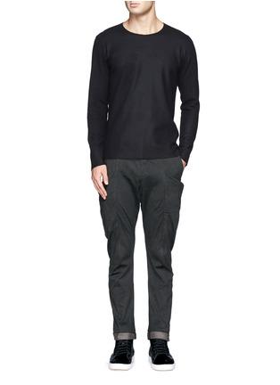 模特示范图 - 点击放大 - ATTACHMENT - 侧口袋低裆长裤