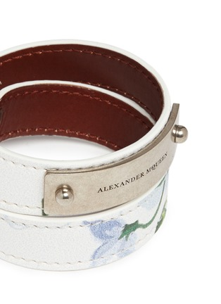 Detail View - Click To Enlarge - Alexander McQueen - Logo metal plate floral print leather bracelet