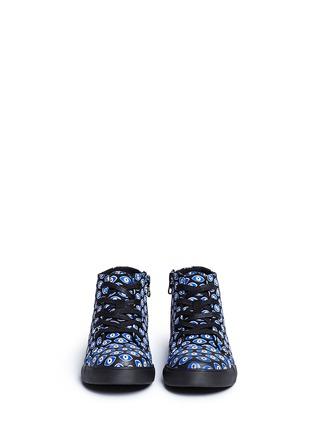 模特儿示范图 - 点击放大 - AKID KIDS - ANTHONY儿童款眼睛印花高筒运动鞋