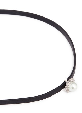 Detail View - Click To Enlarge - CZ by Kenneth Jay Lane - Cubic zirconia pavé pearl leather choker