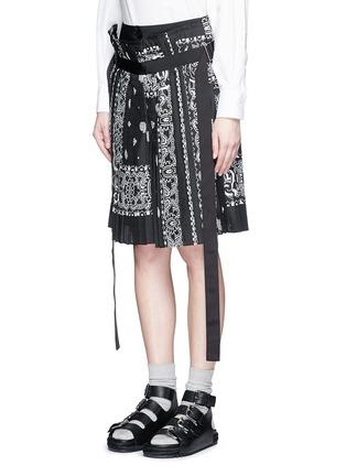 Front View - Click To Enlarge - Sacai - Bandana print pleat poplin long shorts