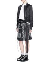 Bandana print pleat poplin long shorts
