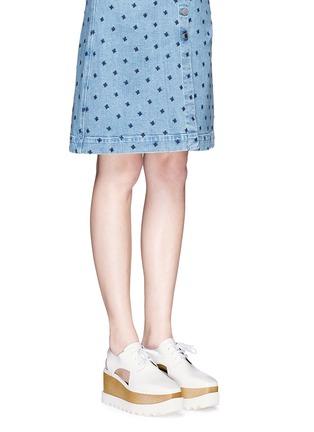 模特儿示范图 - 点击放大 - STELLA MCCARTNEY - 镂空坡跟系带鞋