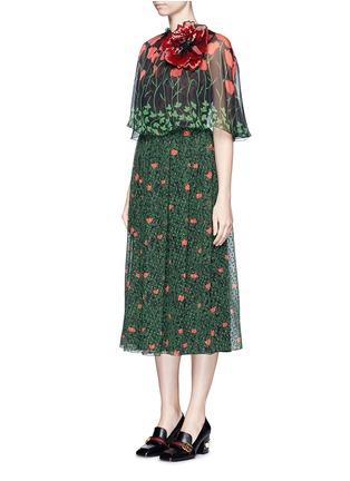 Gucci-Sequin flower brooch tulip leaf print silk cape dress