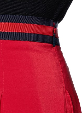 Detail View - Click To Enlarge - Gucci - Stripe web waistband inverted pleat silk skirt