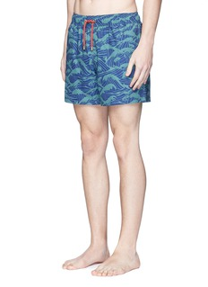 Māzŭ 'Philippine Sea' wave print swim shorts