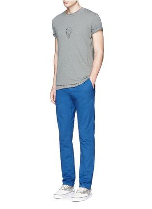 模特儿示范图 - 点击放大 - SCOTCH & SODA - 腰带缀饰纯棉斜纹布裤