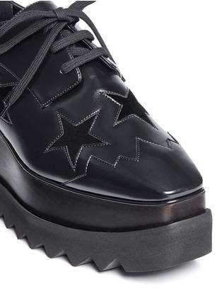 细节 - 点击放大 - STELLA MCCARTNEY - ELYSE绒面星星装饰坡跟系带鞋