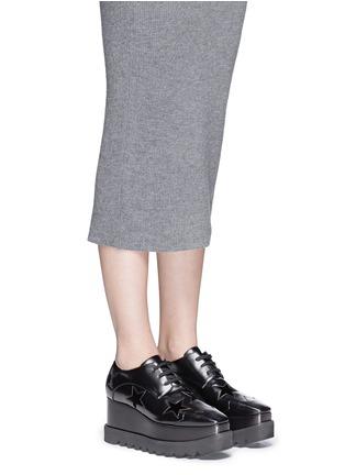模特示范图 - 点击放大 - STELLA MCCARTNEY - ELYSE绒面星星装饰坡跟系带鞋