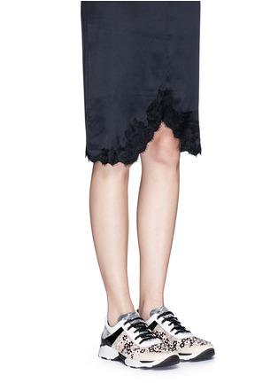 模特儿示范图 - 点击放大 - RENÉ CAOVILLA - 小牛皮拼接蕾丝低筒运动鞋