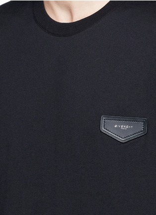 Detail View - Click To Enlarge - Givenchy - Logo leather patch T-shirt