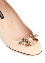 Jewel brooch patent leather pumps