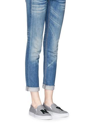模特儿示范图 - 点击放大 - JOSHUA SANDERS - NY字母布贴厚底便鞋