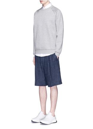 模特儿示范图 - 点击放大 - GIVENCHY - 镂空金属圈装饰太空棉卫衣