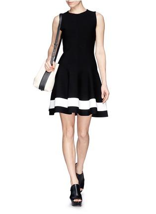 模特儿示范图 - 点击放大 - VICTORIA BECKHAM - 拼色裙摆修身针织连衣裙