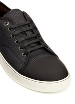 Gummy toe cap textured leather sneakers